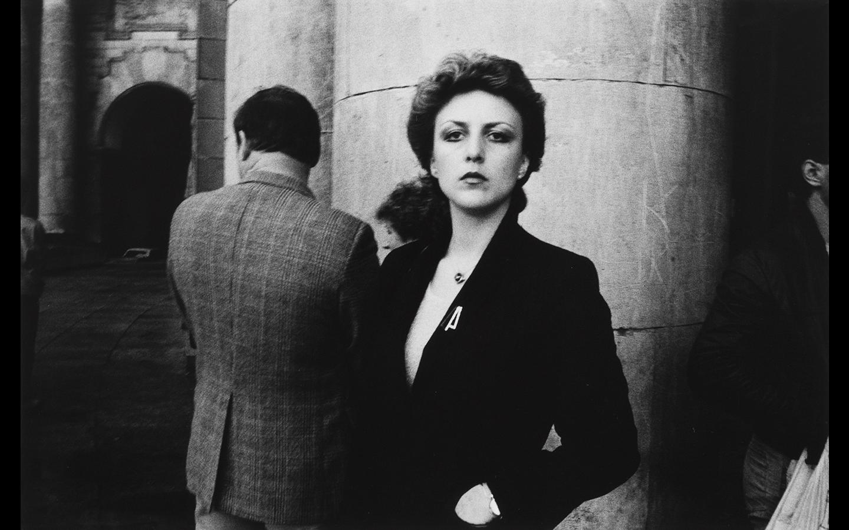 Jill Hartley, Poland, Femme qui attend devant le Palais de Culture, 1985