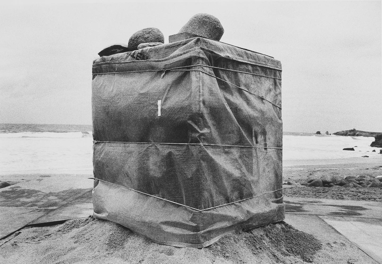 dityvon-1937-2008-france-la-caisse-plage-de-quiberon-1982-23-x-339-cm