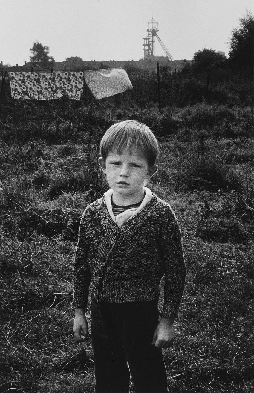 christiane-barrier-1948-france-petit-garcon-linge-qui-s