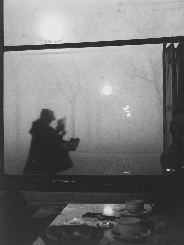 sabine-weiss-1924-france-facteur-a-lyon-1951-305-x-232-cm